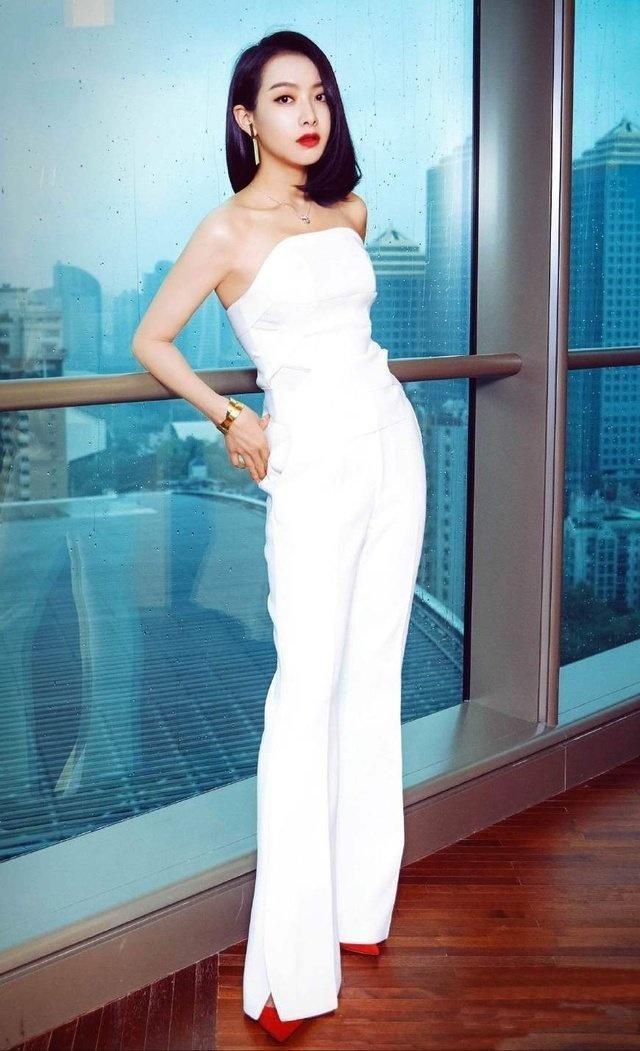 正文  宋茜穿上白t恤配黑色短裤和小白鞋,露出白皙性感修长的美腿