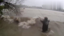 疯狂的钓鱼人,洪水中与大鱼搏斗,拉上来的那一瞬间就懵了!
