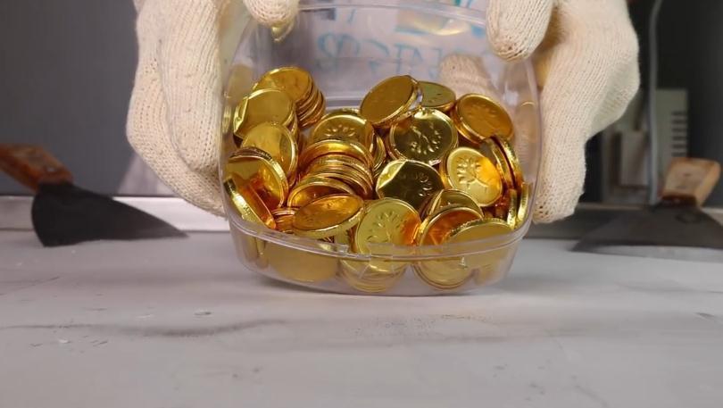 用金币巧克力做炒冰淇淋,老外的炒冰都是如此的抠门啊