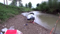 钓鱼: 小伙在河边放了三个鱼竿钓鱼,忙的停不下来