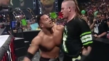 WWE: 巨石强森遭三人围攻,HHH一旁看热闹