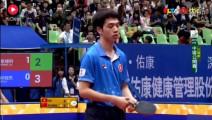 比赛中香港选手竟然把球拍掉了,张继科尴尬笑了 球迷起哄大笑