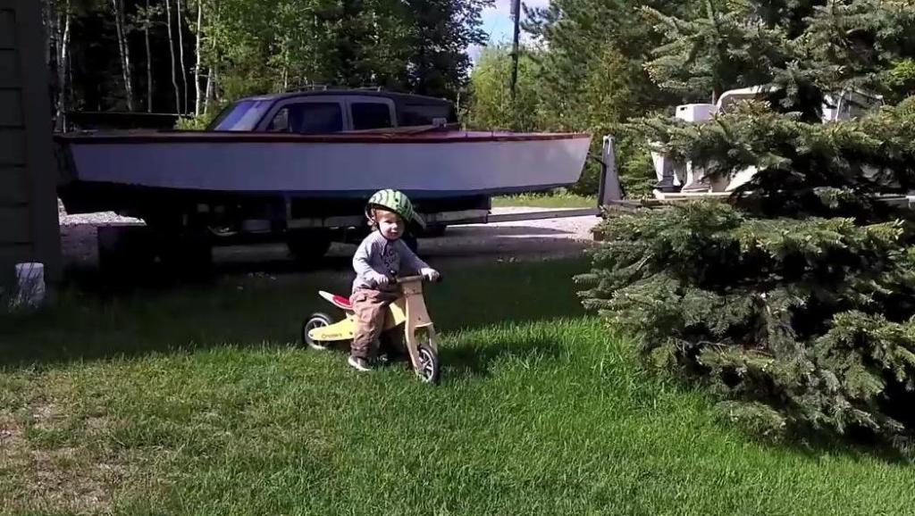 这个一岁小宝宝骑车骑的好溜啊,公路草地越野都能畅行无阻!