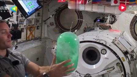 在太空里, 水成了宇航员消磨时间的玩物, 玩一天都不厌