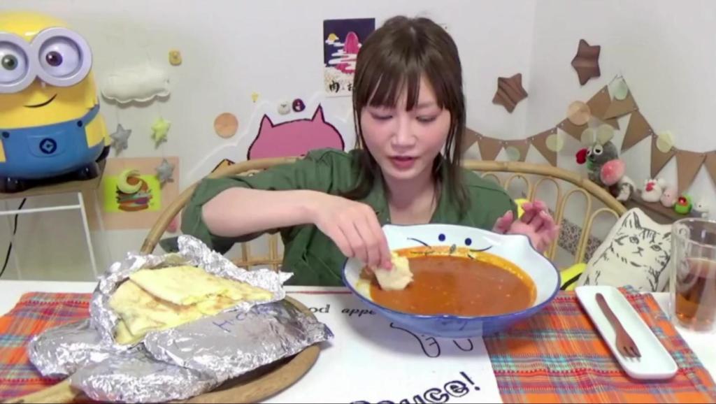日本大胃王木下挑战吃超大盘黄油鸡肉咖喱蘸6块奶酪蜂蜜囊