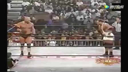 WWE: 肯尼被战神高柏直接扔下台,观众: 大块头就是不一样。