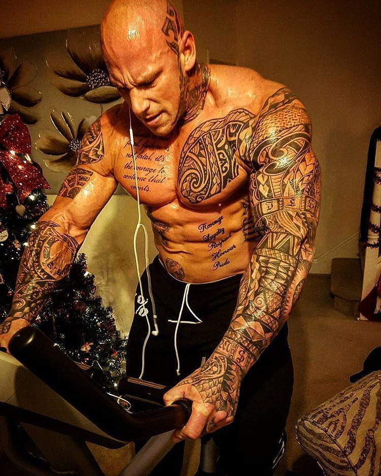 健身圈,他身高2米体重达300斤,硕大的身材加上全身的纹身看着确实有点