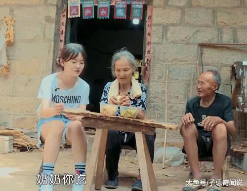 变形计中00后萝莉吃农村饭, 当看到她穿短裤的腿时, 网友炸锅(图3)