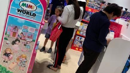 贾乃亮默默为女儿夹娃娃, 画面感人 儿童节李小璐带甜馨出门过节,