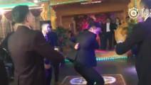新疆一婚礼现场,伴郎团的舞蹈演出既视感,个个帅气的不得了,最后新娘也一起跳了,完美!