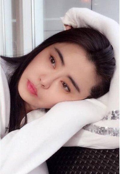 推荐 正文  素颜的王祖贤皮肤也是非常白皙,精神也是非常的好.