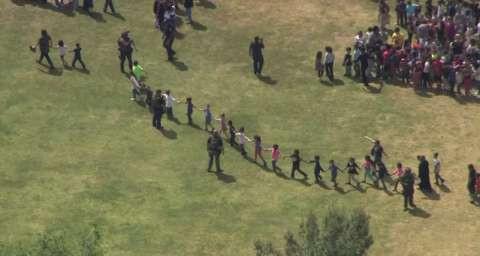 美国一小学发生枪击致3死 学生手牵手逃离