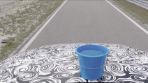 """在奥迪A8的发动机上放桶水,才知道""""魔毯悬挂""""的厉害"""