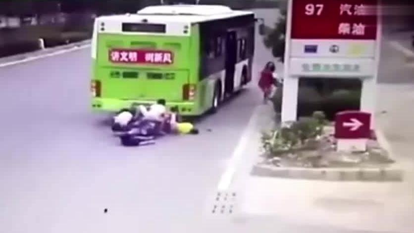 超载的摩托车车祸了,睡着开车是耍大牌