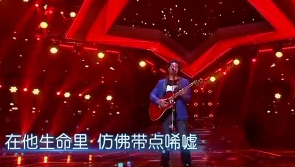 国外小伙致敬黄家驹,一曲《光辉岁月》把评委唱哭了