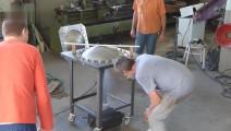 强劲的液压系统,一块钢板一下子被压成锅