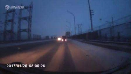 雪路超车相撞