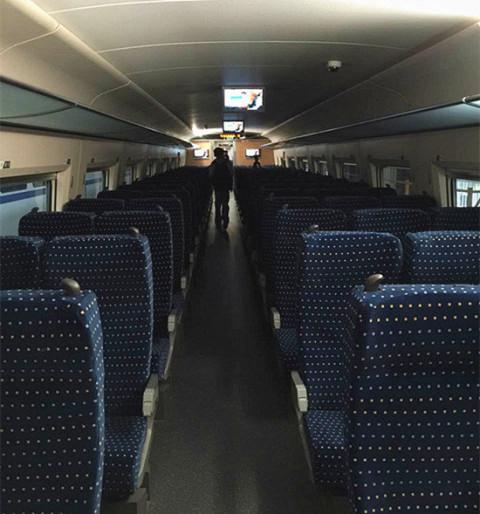 座位大家略宽于波音737飞机的经济舱座位,旁边的大玻璃窗口也能尽享