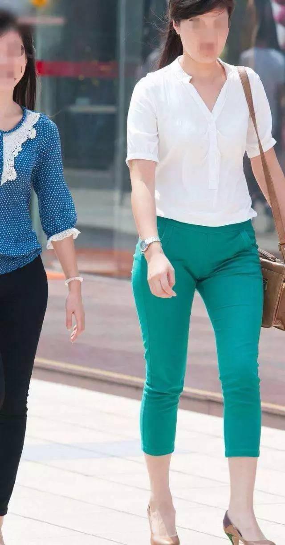 大街上不好好穿衣的美女们, 这种时尚一般人还真看不懂 4