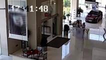被4S店欺诈,男子开车冲进凯迪拉克4S店退订金