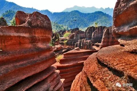 红石林带以岩溶地貌,峡谷地貌,地层剖面为主,色泽殷红暗紫,景观千姿
