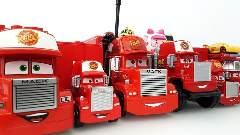 将大货车排成一排拿出小赛车