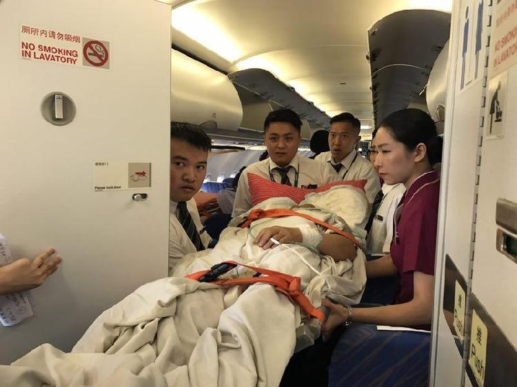为救旅客 拉萨飞重庆飞机拆除9张座椅安装担架床