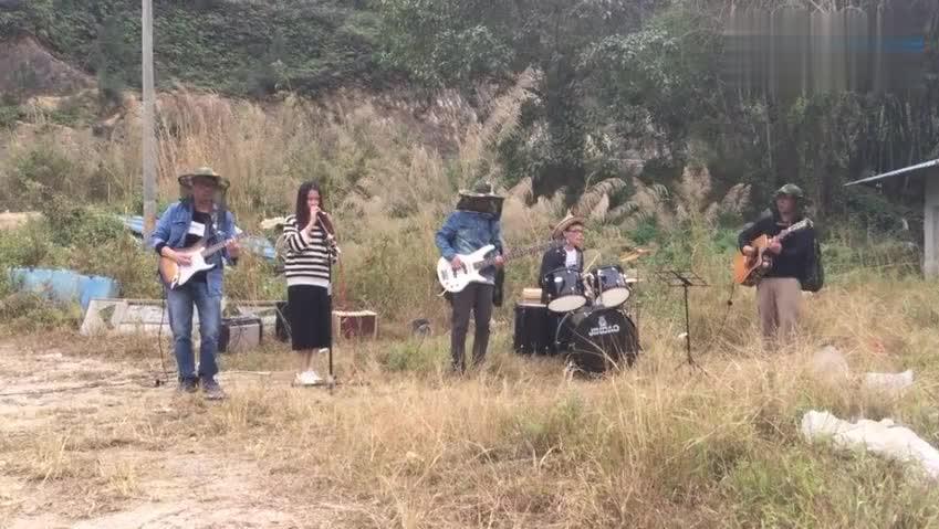 民间乐队在野外演奏一首《光辉岁月》经典好听,致敬黄家驹!