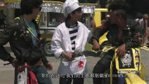 俩帅哥在国外广场卖快餐被一群飞车党欺负,直接出手打的对方找妈妈