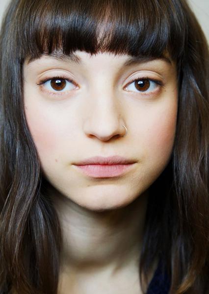 最适合圆形脸的刘海:和方形脸用弧形线条软化是一个道理,圆脸要反其道