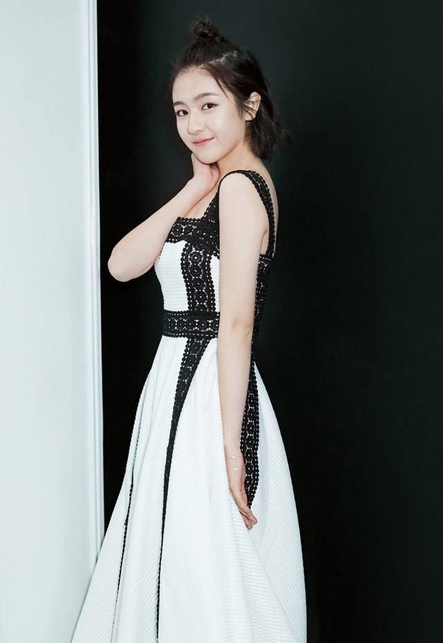 李兰迪现在太美了, 身穿白色连衣裙比剧中更仙, 现代装好高级感
