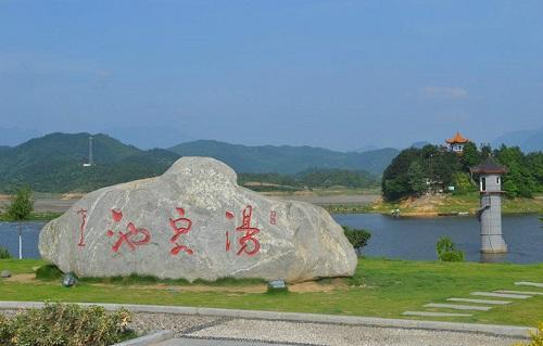 豫南明珠南湾湖,是国家级森林公园,位于浉河区中心,是我国最早建成的