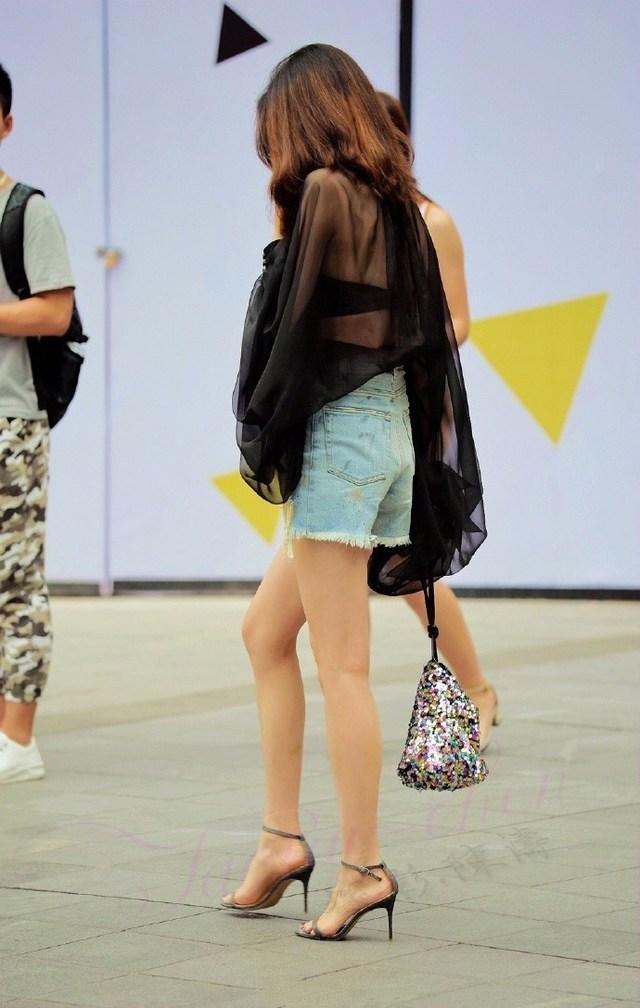 大街上拿着榔锤的妹子, 粉色紧身包臀裙有点小可爱!