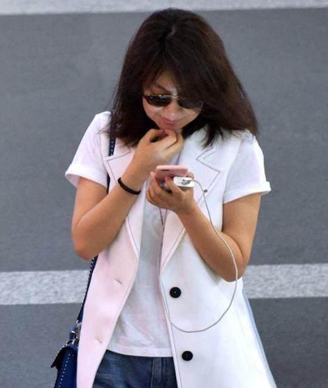 闫妮素颜蓬头散发现身机场, 衬托的整个人的状态非常好!