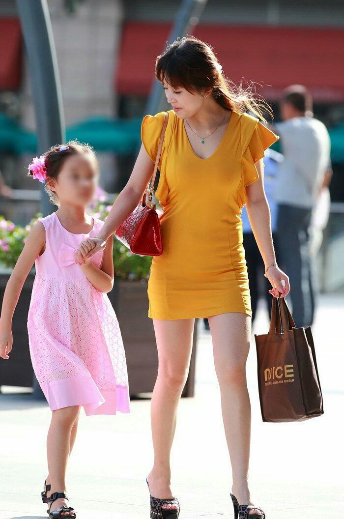 街拍: 美丽辣妈时尚年轻, 眼里满满的母爱