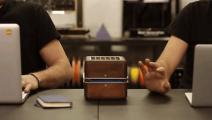 人家发明的高科技小盒子,像迷你空调一样,摆在桌上就能降温