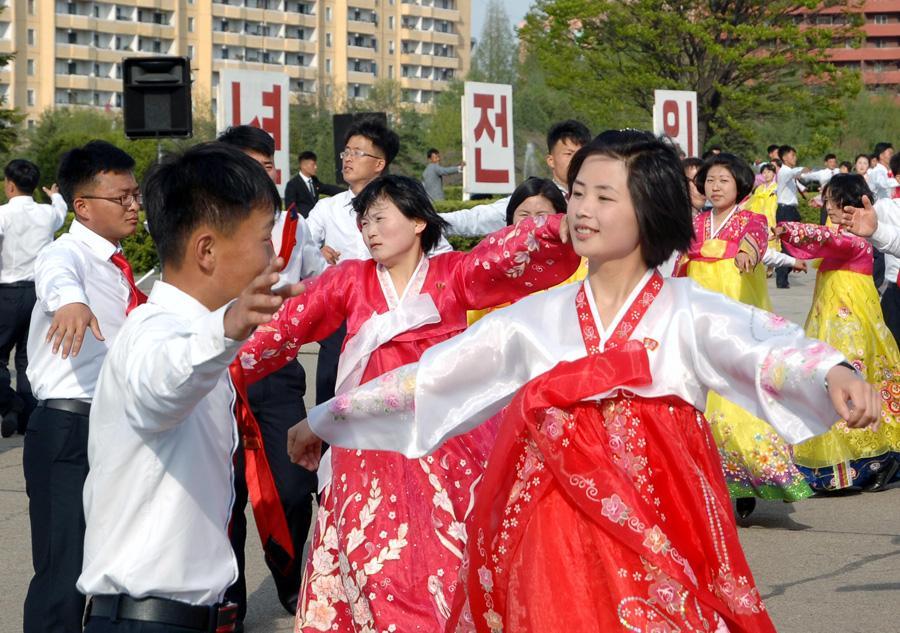清新脱俗自然美,图中的朝鲜美女大学生在跳欢乐广场舞,这是政治任务