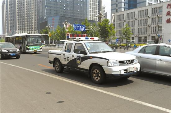 该设备安装于警车顶部,周身共有7个摄像头,可在警用车辆附近一定范围