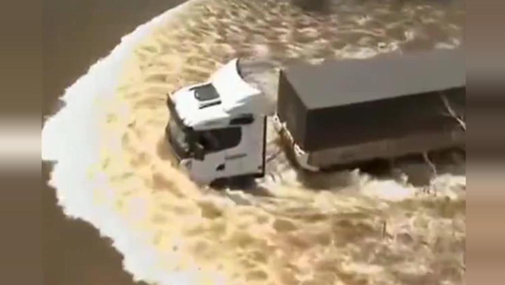 沃尔沃司机在没过车轮的洪水中娴熟驾驶,好车就得配好司机