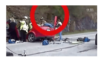 奇葩灵异车祸-面包车路口碾压老人和小孩 小孩太幸运了