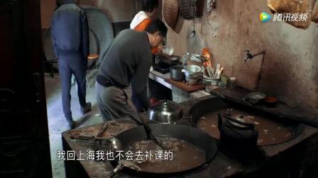 变形计: 妈妈在做饭,爸爸在准备喂猪,钱多多却在一旁胡搅蛮缠