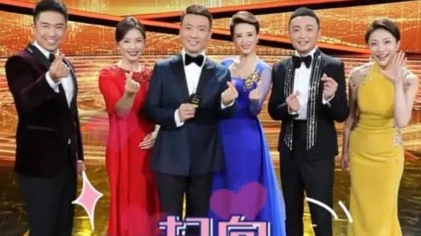 刘涛担任国庆晚会主持,一袭红裙气质惊艳,网友:C位张蕾成陪衬