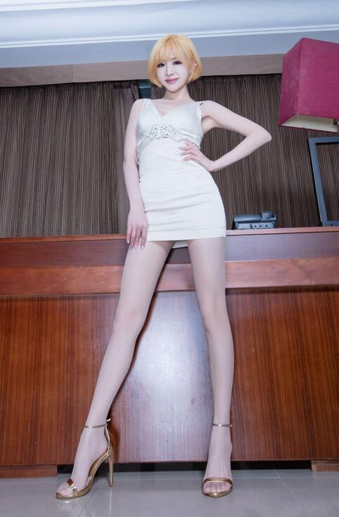 金发台湾美女, 白色蕾丝短裙勾勒美好身材, 丝袜高跟鞋衬托修长纤细美腿 1
