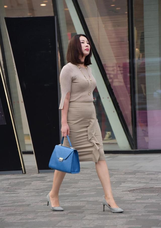 对于身材微胖的女性,不管是中年女士,就充分发挥了半身裙