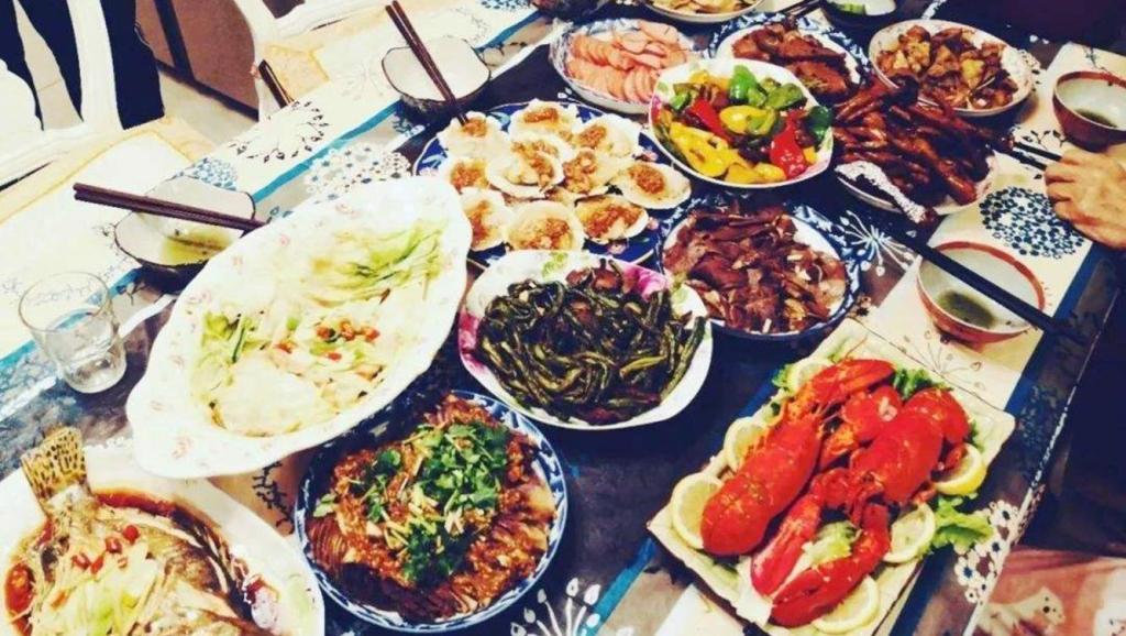 来看看明星家年夜饭都吃啥: 李易峰家简单,姜妍家很霸气,最想吃黄磊家