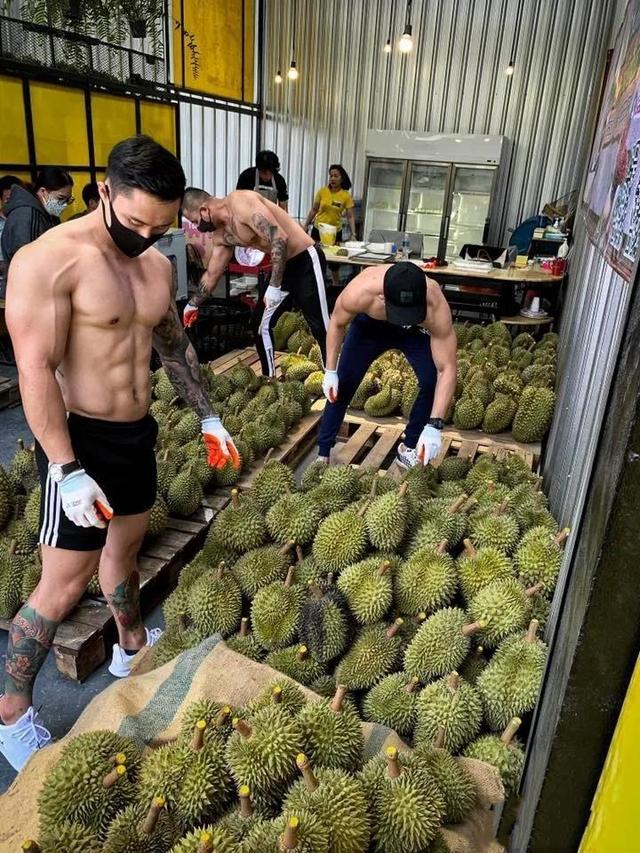 撸铁不行撸榴莲! 泰国健身教练改行卖榴莲, 这画风也太猛了!