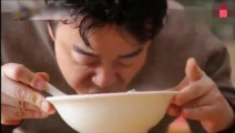 韩国大叔在中国吃羊杂汤乐开花了,还能免费加汤
