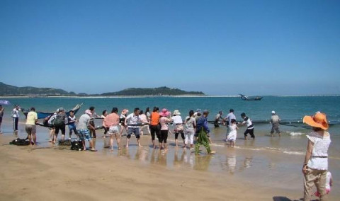 平潭是福建省东部沿海一个岛县,位于福州市南隅,与台湾隔海相望.