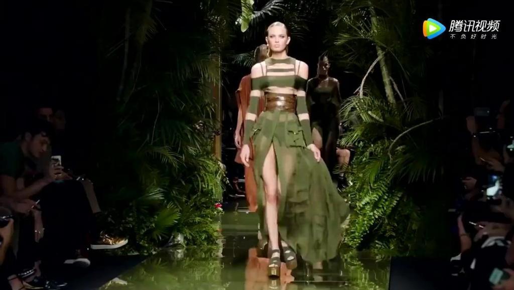 法国时装c型裤t台走秀_t台无内衣透明时装秀