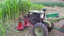 农民改装的手扶拖拉机,开着下地割玉米草。